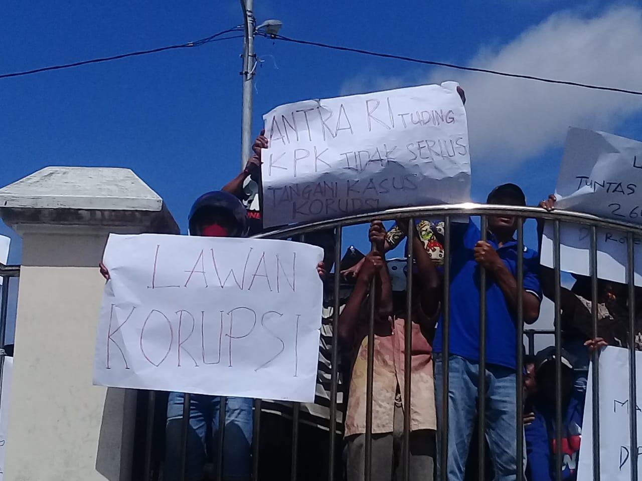 Satgas KPK Temui Bupati Rote Ndao Diwarnai Aksi Demo