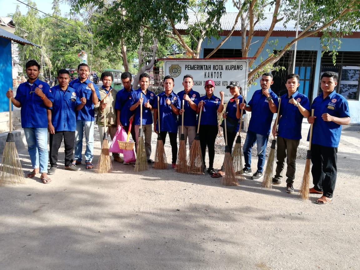 Liga Mahasiswa Nasdem Lakukan Aksi Bersihkan Sampah di Pasar Oebobo