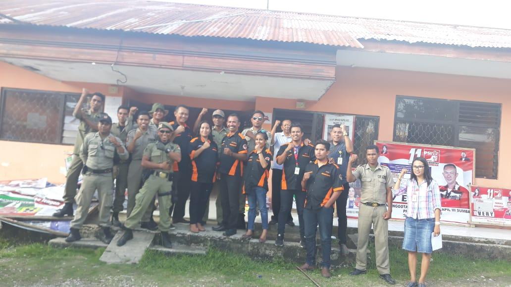 Bawaslu Bersama Satpol PP Kabupaten Sumba Barat Lakukan Penertiban APK Pemilu 2019